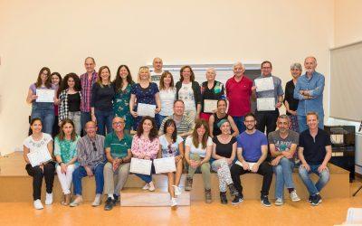 """La Alcaldesa de Almoradí y la Concejal de Cultura hacen entrega de los diplomas a los alumnos del """"I Taller Municipal de Teatro"""""""