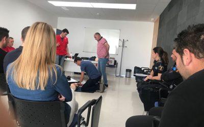 LA DONACIÓN DE UN DESFIBRILADOR PORTÁTIL EQUIPARÁ UNO DE LOS VEHÍCULOS DE LA POLICÍA LOCAL DE ALMORADÍ